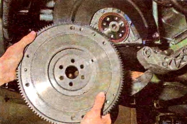 маховое колесо на вале двигателя