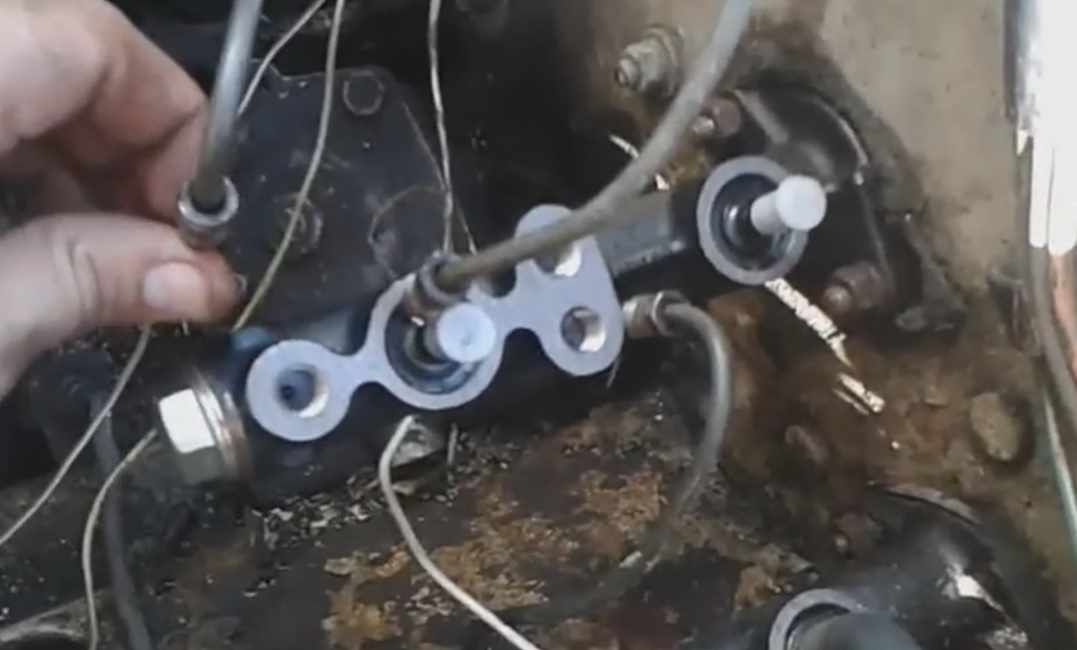 Замена главного тормозного цилиндра ВАЗ 2107 своими руками 2