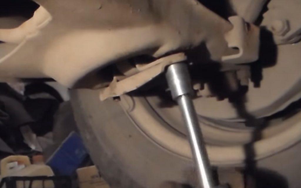 Замена передних амортизаторов на ВАЗ 2107