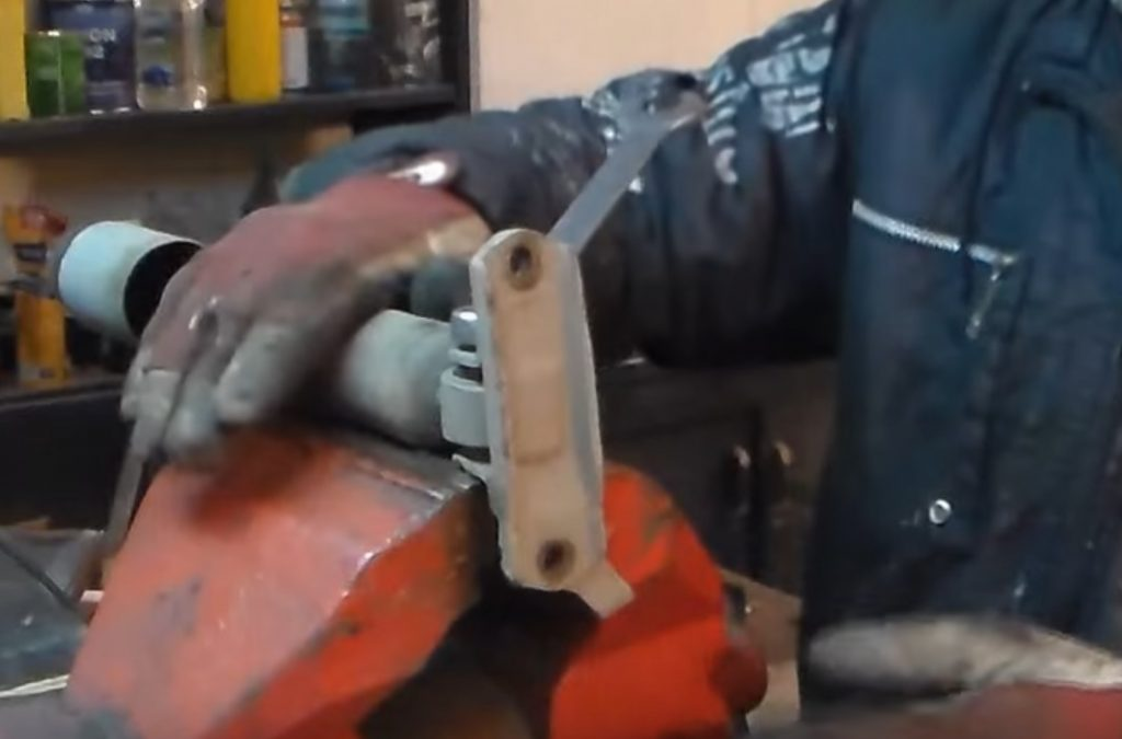 Заменить передние амортизаторы ВАЗ 2107